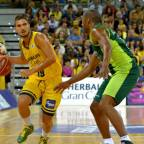 Óscar Alvarado espera para firmar con el Brose Baskets Bamberg