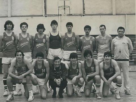 Plantilla del Juvenil A del Estudiantes en la temporada 80/81. Martín es el cuarto de pie empezando por la izquierda.