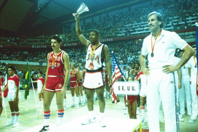 Tyrone-Bogues-del-equipo-USA-l_54414483178_54115221152_960_640