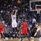 Curry se convierte en el jugador más rápido en llegar a los 1000 triples anotados