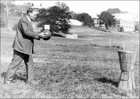 James-Naismith-practicando-baloncesto