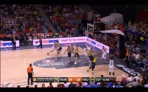 Por las distancias entre jugadores, el Fenerbahçe no lograba mantener bien marcados a los jugadores, KC Rivers lanza el triple que forzó el segundo TM de Obradovic.