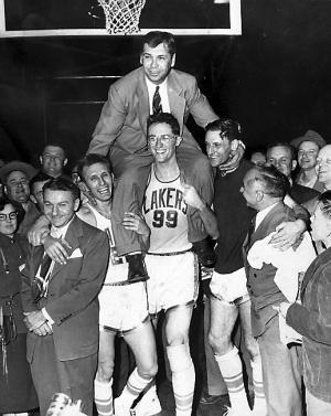 George Mikan lleva en hombros a John Kundla tras logar el anillo de 1952