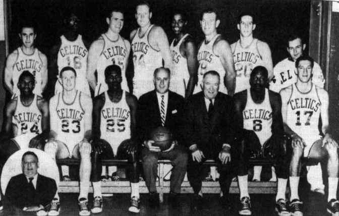 Los Celtics campeones de la temporada 1963/64. Lovellette, en el centro, con el número 34.
