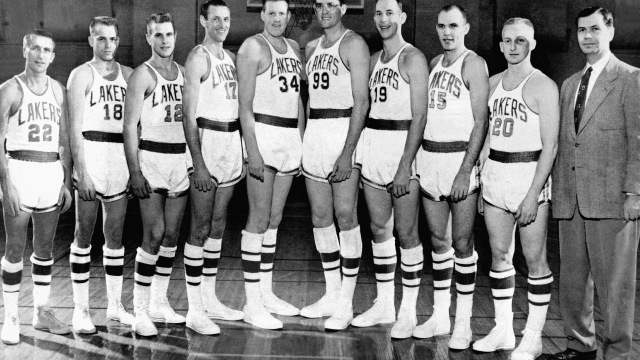 Los Lakers campeones de 1954. Lovelletee, en el centro con el 34 junto a George Mikan. (Foto: NBA Photos Library/NBAE vía Getty Images)