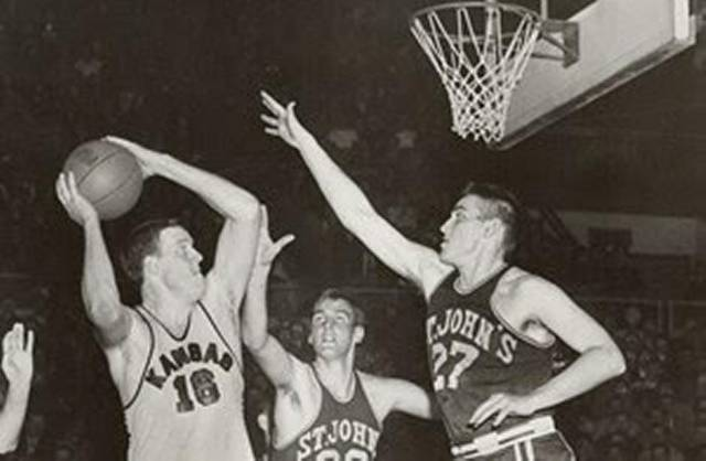 Lovellette, con el 16, en la final de la NCAA de 1952 entre Kansas y Sint John's